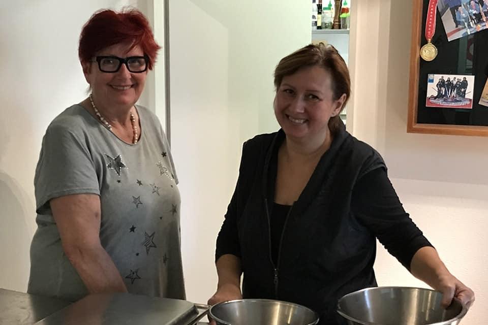 Die Pub-Inhaberin Ruth Brawand (links) & Emi